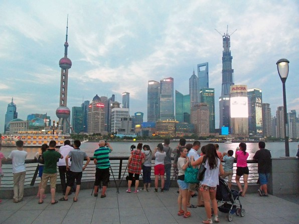 1024px-tourists_photographing_lujiazui_from_the_bund,_2013_news_featured
